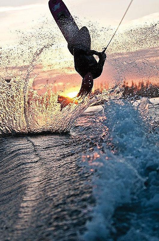 甚麼是「寬板滑水」?這個夏天體驗在水上後空翻的帥氣滋味吧!