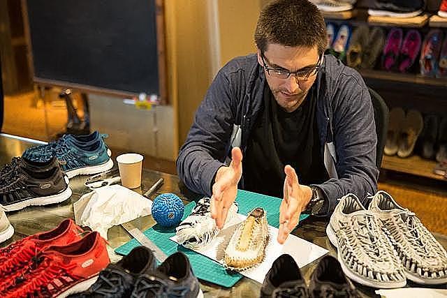 賈伯斯不只穿 NB,還有山系鞋履 KEEN!