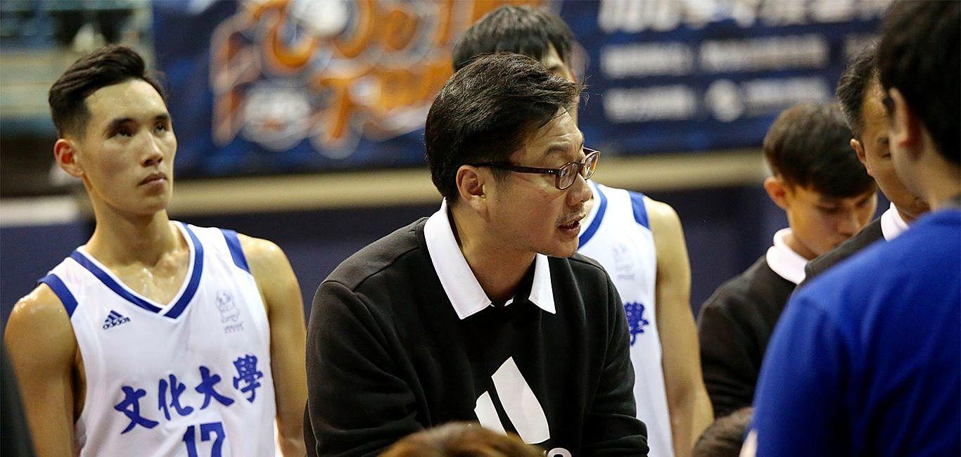 場上嚴肅、場下輕鬆 文化男籃教練陳暉的執教之道